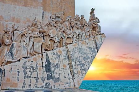 navire de pierre en forme de Monument des Découvertes héler Portugals célèbre navigateur et de l'histoire, le Portugal au coucher du soleil Banque d'images