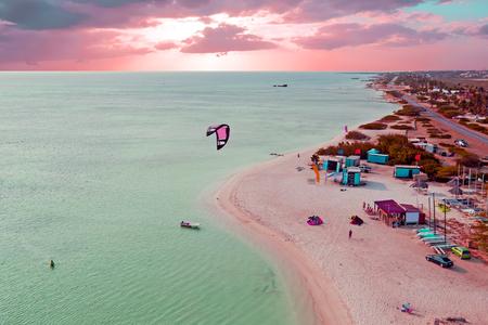 Luftaufnahme von Aruba an Fischerhütten in der Karibik in der Dämmerung Standard-Bild - 81834461