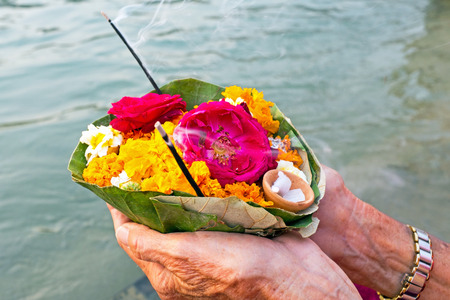 incienso: Puja at the river Ganga in India