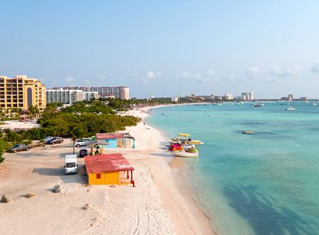 Luchtfoto van Palm Beach op Aruba eiland in de Caribische Zee Stockfoto