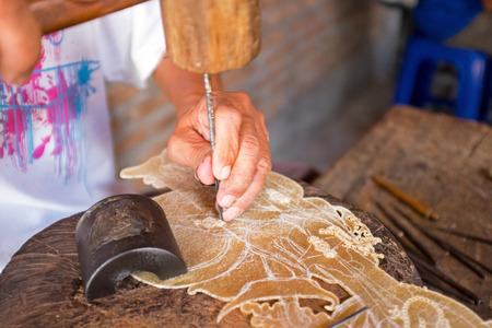 Het maken van traditionele wajang marionet op Java Indonesië
