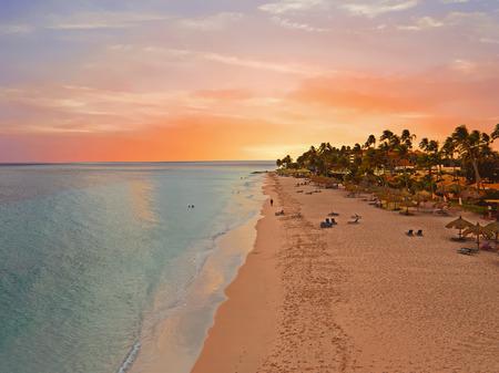 Lucht vanaf Druif strand op Aruba eiland in het Caribisch gebied bij zonsondergang