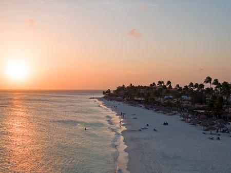 Druifstrand op het eiland van Aruba in de Caraïben bij zonsondergang