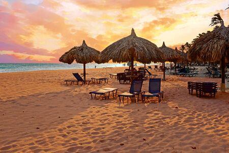 Strandparasol op Druif-strand bij het eiland van Aruba in de Caraïben bij zonsondergang Stockfoto