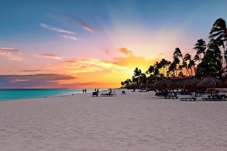 Druifstrand bij zonsondergang op het eiland van Aruba in het Caraïbische overzees