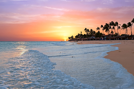 Druif strand bij zonsondergang op Aruba eiland in de Caribische zee Stockfoto
