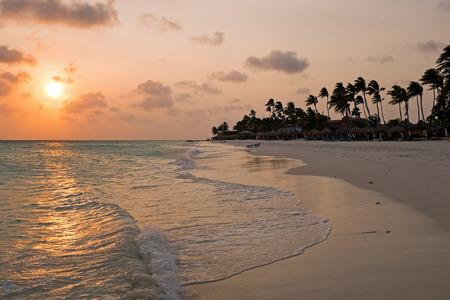Zonsondergang op Druif-strand op het eiland van Aruba in de Caraïbische Zee Stockfoto
