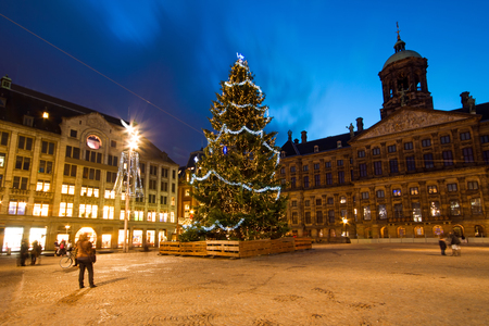 Christmas on the Dam square in Amsterdam the Netherlands at night 免版税图像 - 87938827