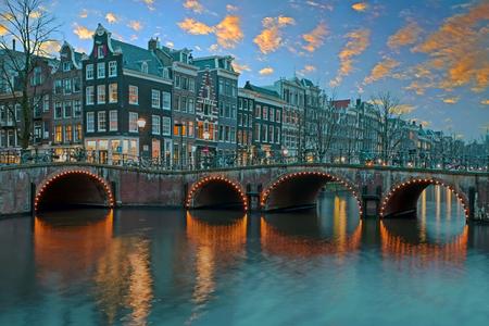 伝統的な中世家アムステルダムでオランダ夕暮れ時 写真素材