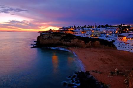 El pueblo de Carvoeiro en el Algarve Portugal al atardecer Foto de archivo