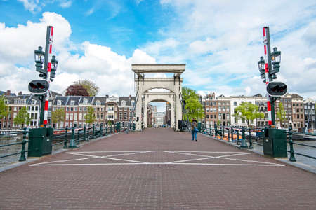 City scenic from Amsterdam with the Tiny bridge in the Netherlands 免版税图像
