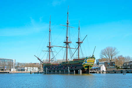 Replica 17th century sailing ship in Amsterdam harbor in the Netherlands 免版税图像