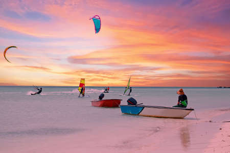 Watersports at Palm Beach on Aruba island in the Caribbean Sea at sunset 免版税图像