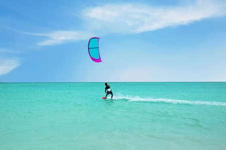 Kite surfing at Palm Beach on Aruba island in the Caribbean Sea 免版税图像