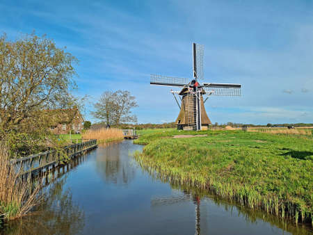 Oudkerker windmill in the countryside from the Netherlands 免版税图像