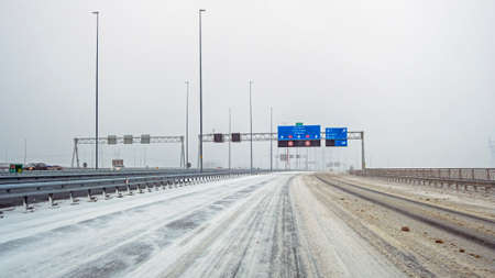 Driving in a snowstorm on the highway A1 near Amsterdam in the Netherlands 免版税图像