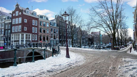 City scenic from a snowy Amsterdam in winter in the Netherlands 免版税图像