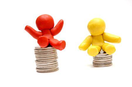 business rival: Plastilina cifras sentado en monedas pilas. Ganador y perdedor en los negocios