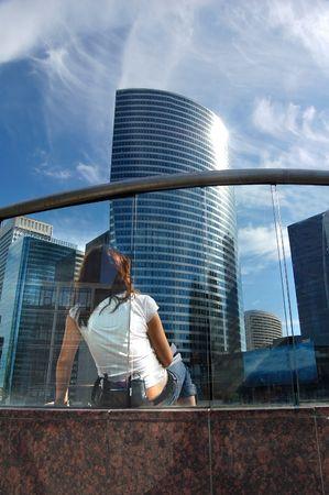 prospect: Femme � la recherche de gratte-ciels. Concept de perspective