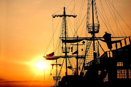barco pirata: Barco pirata en la puesta de sol paisaje