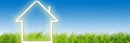 Nuova casa immaginazione sul prato verde. Concettuale immagine panoramica versione Archivio Fotografico