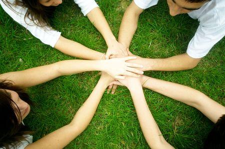 manos unidas: Grupo de amigos que une las manos. La unidad, el trabajo en equipo concepto Foto de archivo