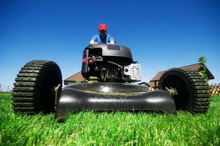tondeuse: Man tondre la pelouse. Jardinage Banque d'images