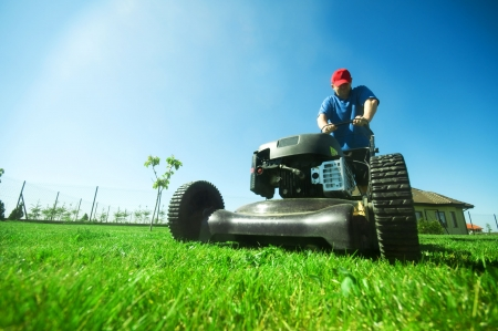 gras maaien: Man maaien van het gazon. Tuinieren