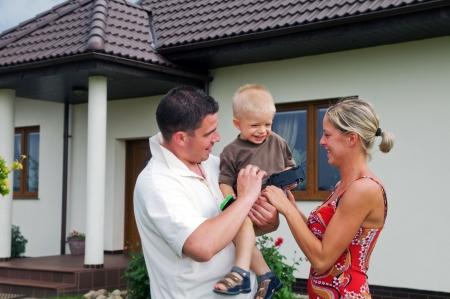 Happy familie voor hun huis Stockfoto