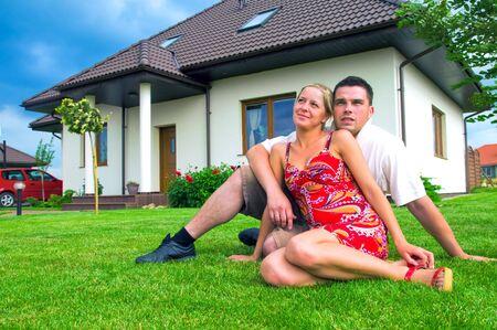 Couple heureux devant leur maison idéale Banque d'images