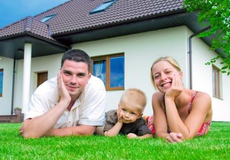 Happy famille devant leur maison Banque d'images