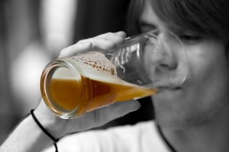 alcoholismo: Adolescente beber cerveza. Blanco y negro
