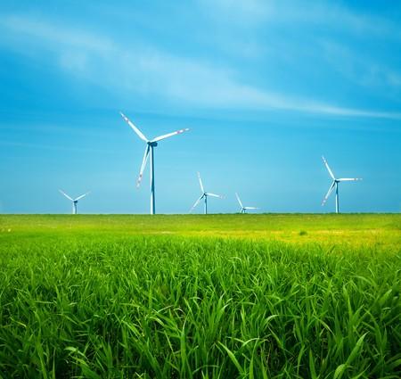 Wind turbines op groene veld. Alternatieve bron van energie Stockfoto