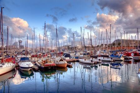 barcelone: Bateaux dans le port de Barcelone, en Espagne, au coucher du soleil
