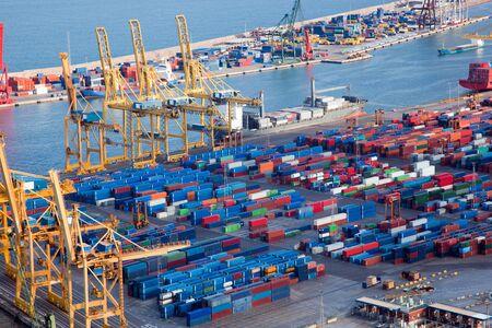 transport: Harbor mit viel Ladung. Industrie
