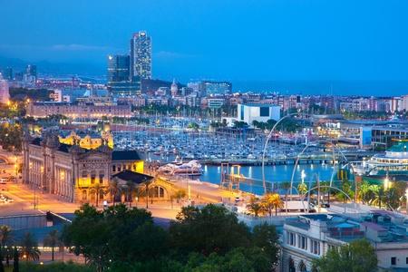 Barcelona, Španělsko panorama v noci. Horbor pohled