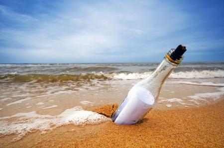 Bericht in de fles van de oceaan. Reizen, toerisme, komend bericht concepten