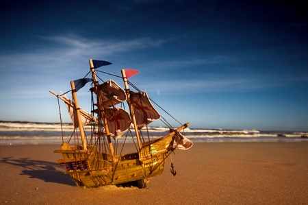 Ship model on summer sunny beach. Travel, voyage, vacation concepts Stockfoto