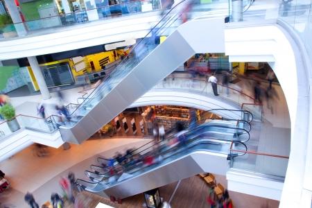 centro comercial: Moderno centro comercial, centro en punta, un mont�n de gente Editorial