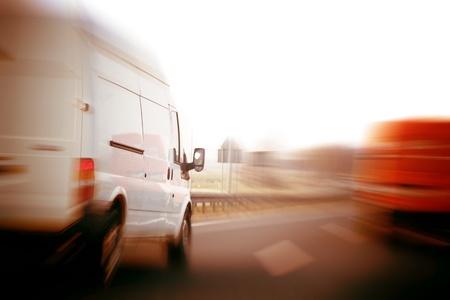 Trasporti, concetto logistico. Furgoni, camion su una superstrada, velocità motion blur. Archivio Fotografico - 11696667