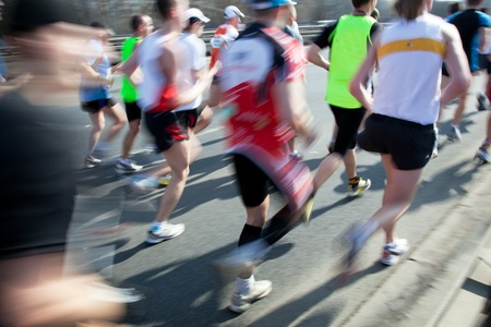 競技会: 高速マラソンで実行されています。スポーツ、競争、エネルギー。 写真素材