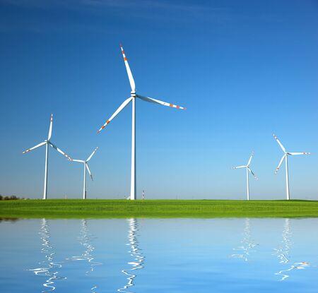 source d eau: Éoliennes sur le champ vert. Énergies alternatives, concept d'environnement