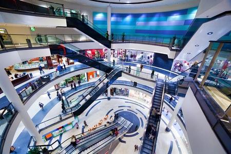 plaza comercial: Interior moderno centro comercial. Momento de la venta ocupado