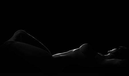 mujer sexy desnuda: Sexy mujer desnuda acostada en pose er�tica en negro. 3d