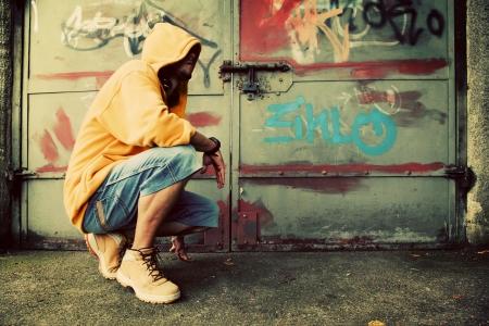 sweatshirt: Junger Mann Portr�t in Kapuzenpulli  Jumper auf Grunge-Graffiti-Wand