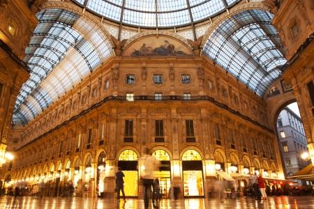 통로: 밀라노의 비토리오 에마누엘레 II 갤러리 내부. 롬바르디아, 이탈리아.