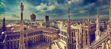 밀라노: 밀라노, 이탈리아의 파노라마. 밀라노 대성당에서 볼 수 있습니다. 밀라노의 로얄 팰리스 - 백그라운드에서 팔라 Realle와 벨라 스카 타워