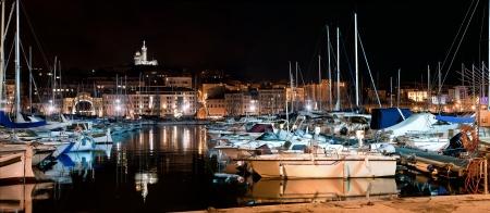 marseille: Marseille, Frankrijk panorama 's nachts. De beroemde europese haven uitzicht op de Notre Dame de la Garde