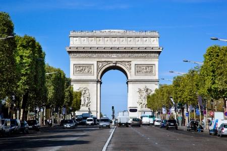arcos de piedra: Arc de Triomphe, París, Francia. Vista desde la Avenida des Champs-Elysees