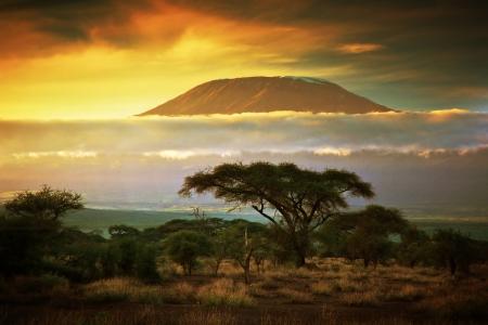 Kilimanjaro en wolken lijn bij zonsondergang, bekijken van savanne landschap in Amboseli, Kenia, Afrika Stockfoto